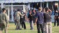 Aksi teror dan intimidasi yang dilakukan oleh sekelompok oknum suporter Karanganyar terhadap skuad PSG Pati saat berlatih di lapangan SuruhKalang, Kabupaten Karanganyar, Jumat (1/10/2021). (Dok PSG Pati)