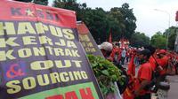Demo buruh menuntut kenaikan UMP (Liputan6.com/ Hanz Jimenez Salim)