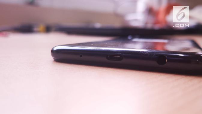 Sisi bagian bawah Galaxy A10 yang menyediakan port MicroUSB untuk pengisian baterai dan audio jack. (Liputan6.com/ Yuslianson)