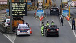 Petugas berbincang dengan pengendara mobil berplat genap di Gerbang Tol Bekasi Barat 1, Bekasi, Jawa Barat, Selasa (13/3). Hari kedua penerapan ganjil genap, masih banyak kendaraan berputar balik di gerbang tol tersebut. (Liputan6.com/Arya Manggala)