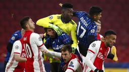 Para pemain Ajax Amsterdam berebut bola dengan pemain Atalanta pada laga Liga Champions di Stadion Johan Cruyff ArenA, Kamis (10/12/2020). Atalanta menang dengan skor 1-0. (AP/Peter Dejong)