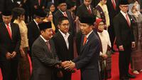 Presiden Joko Widodo atau Jokowi memberikan ucapan selamat kepada para Wakil Menteri (Wamen) Kabinet Indonesia Maju usai pelantikan di Istana Negara, Rabu (23/10/2019). Sebanyak 12 wakil menteri dilantik untuk membantu jajaran menteri Kabinet Indonesia Maju. (Liputan6.com/Angga Yunair)