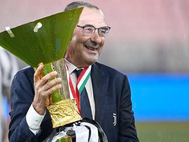 Maurizio Sarri resmi kembali ke gelanggang setelah satu tahun menganggur dari lapangan hijau. Sarri dipercaya sebagai nahkoda baru Lazio dengan durasi kontrak selama dua musim. (AFP/Isabella Bonotto)