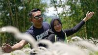 Ridwan Kamil dan Atalia Praratya di Desa Wisata Cinunuk, Garut, Jawa Barat, Kamis (30/1/2020) (Dok.Instagram/@ridwankamil/https://www.instagram.com/p/B77sCF6nOeY/Komarudin)
