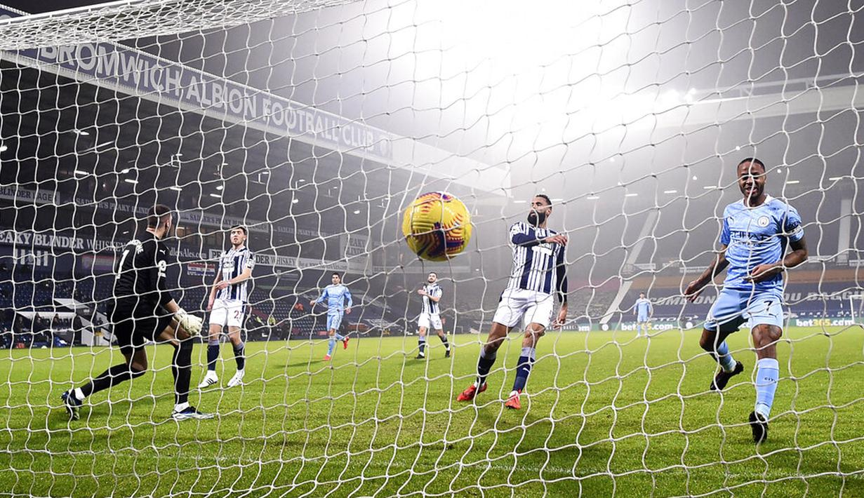 Pemain Manchester City Raheem Sterling (kanan) mencetak gol ke gawang West Bromwich Albion pada pertandingan Liga Inggris di Stadion Hawthorns, West Bromwich, Inggris, Selasa (26/1/2021). Manchester City membantai West Bromwich Albion 5-0. (Laurence Griffiths/Pool via AP)