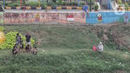 Warga melakukan aktivitas mancing di Kanal Banjir Barat, Jakarta, Selasa (9/6/2020). Fase pertama PSBB transisi di Ibukota dimanfaatkan warga untuk memancing. (Liputan6.com/Johan Tallo)
