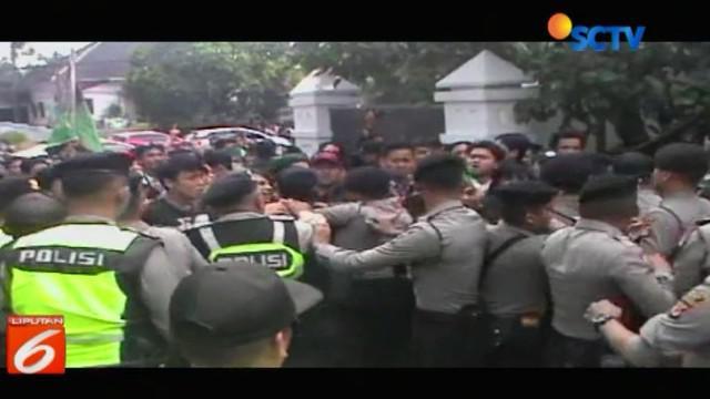 Bentrokan antara polisi dengan mahasiswa yang tergabung dalam HMI Bandung tak terhindar setelah para pengunjuk rasa merangsek masuk ke komplek DPRD Jawa Barat.