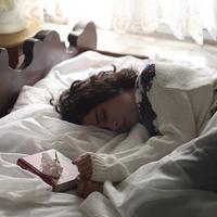 ilustrasi perempuan tidur siang/Photo by Zohre Nemati on Unsplash