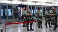 Polisi anti huru-hara berjaga di stasiun pusat ekspres bandara di pusat kota Hong Kong, Sabtu (7/9/2019). Kepolisian Hong Kong membatasi layanan transportasi bandara dan stasiun kereta pada Sabtu, 7 September 2019 menyusul rencana adanya unjuk rasa besar-besaran. (AP Photo/Vincent Yu)