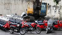 Sebuah ekskavator digunakan untuk melindas sejumlah sepeda motor dan mobil selundupan di kantor Biro Bea Cukai di Manila, Filipina (30/5). (AP/Bullit Marquez)