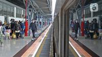 Penumpang kereta api Dharmawangsa Surabaya Pasarturi–Pasar Senen tiba di stasiun Senen, Jakarta, Minggu (3/01/2021). Hingga pagi, sudah ada 16.374 penumpang tiba di Stasiun Daop 1 Jakarta. (Liputan6.com/Herman Zakharia)