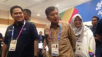 Wakil Presiden Indonesia, Jusuf Kalla, didampingi Ketua Inasgoc, meninjau Main Press Center (MPC) di Balai Sidang Jakarta, Senayan, Selasa (14/8/2018). (Bola.com/Benediktus Gerendo Pradigdo)