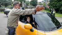 Mobil Ayu Ting Ting diberhentikan karena ganjil genap akhir pekan di Bogor. (Istimewa)