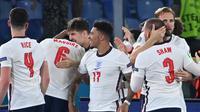 Selebrasi pemain Inggris usai mengalahkan Ukraina dalam pertandingan perempat final Piala Eropa 2020 di Olimpico stadium, Minggu (4/7/2021). (Foto: AFP/Pool/Alberto Pizzoli)