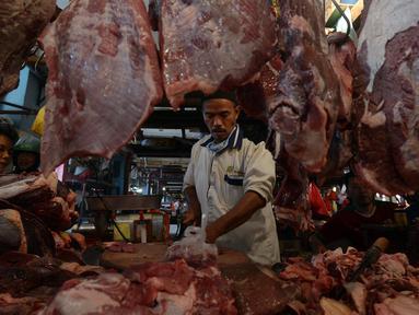 Pedagang daging sapi melayani pembeli di Pasar Perumnas, Jakarta, Selasa (19/1/2021). Pedagang daging sapi akan mogok jualan mulai 20 Januari 2021 sampai tiga hari ke depan. (merdeka.com/Imam Buhori)