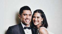 Meskipun sang suami bukan dari dunia hiburan, Indra tetap setia menemani Dian diberbagai kesempatan. (Liputan6.com/IG/therealdisastr)
