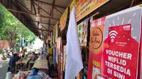 Salah satu PKL di kawasan alun-alun Kejaksan Kota Cirebon pasang bendera putih di lapaknya. Foto (Liputan6.com / Panji Prayitno)