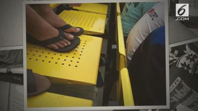 Posisi tempat duduk di tribun timur dinilai janggal karena tidak ada ruang untuk memijakkan kaki.