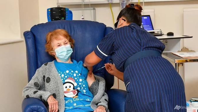 Alasan Inggris Prioritaskan Lansia sebagai Penerima Vaksin COVID-19 Pfizer di Fase Awal