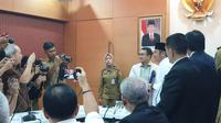 Gubernur Sumatera Selatan, Herman Deru di hadapan awak media.