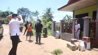 Wakil Wali Kota Jayapura, Rustan Saru memberikan sembako kepada warfa dengan status orang dalam pemantauan (ODP) di Kota Jayapura. (Liputan6.com/Humas Pemkot Jayapura/Katharina Janur)