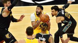 Pebasket Los Angeles Lakers, Anthony Davis, saat melawan Memphis Grizzlies pada laga NBA, Rabu (6/1/2021). LA Lakers menang tipis 94-92 atas Grizzlies. (AP Photo/Brandon Dill)