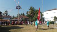 Semua petugas upacara bendera mengenakan busana adat Jawa tak terkecuali peserta upacara.