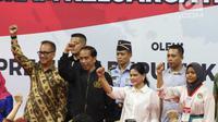 Presiden Joko Widodo bersama Iriana Jokowi saat sosialisasi Program Keluarga Harapan (PKH) Tahun 2019 di Gelanggang Remaja, Jakarta, Senin (3/12). Jokowi berharap penambahan PKH bisa digunakan sebaik-baiknya bagi keluarga. (Liputan6 com/Angga Yuniar)