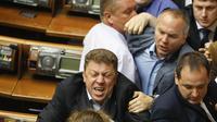 Beberapa anggotanya terlibat saling pukul di depan ruang rapat. Baku hantam. Beruntung adegan itu berhasil dilerai, dan tak memakan korban, Selasa (22/07/2014) (REUTERS/Alex Kuzmin)