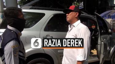 Seorang pengemudi ngotot karena kendaraannya duderek tanpa peringatan, dirinya juga tidak mau ketika polisi meminta surat-surat kendaraannya untuk ditilang. Keributan reda setelah mobil akhirnya diderek petugas.