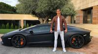 Cristiano Ronaldo pamer mobil Lamborghini Aventador miliknya. (www.instagram.com/cristiano)