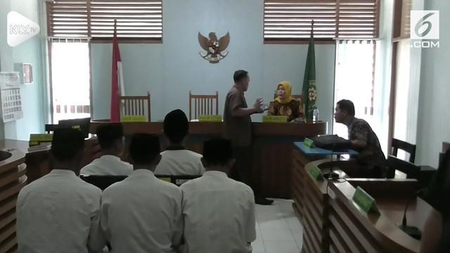 Lima pelaku penganiayaan anggota Jakmania, Haringga Sirila, jalani persidangan tertutup. Jaksa mendakwa para pelaku penganiayaan selama 7 tahun penjara.