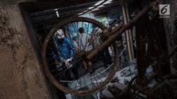 Kerangka sepeda yang terkena erupsi Gunung Merapi tahun 2010 di Galeri Sarsuadji, Sleman, Minggu (26/11). Pengunjung dapat menyaksikan seluruh perabotan rumah tangga dan alat kebutuhan hidup hangus bahkan meleleh terbakar. (Liputan6.com/Faizal Fanani)