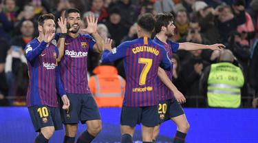 Pemain Barcelona merayakan gol pertama ke gawang Eibar pada laga lanjutan La Liga yang berlangsung di stadion Camp Nou,  Senin (14/1). Barcelona menang 1-0 atas Eibar (AFP/Lluis Gene)