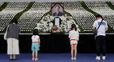 Seorang anggota keluarga memberikan penghormatan di altar peringatan untuk almarhum Wali Kota Seoul Park Won-soon di Seoul City Hall Plaza, Sabtu (11/7/2020). Kematian mendadak Wali Kota Seoul, yang dilaporkan terlibat dalam tuduhan pelecehan seksual, menjadi sorotan publik. (AP/Ahn Young-joon)