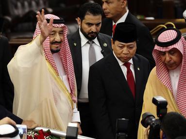 Raja Arab Saudi, Salman bin Abdulaziz Al-Saud menyapa awak media di Kompleks Parlemen MPR/DPR RI, Jakarta, Kamis (2/3). Pada hari kedua kunjungan kenegaraannya ke Indonesia, Raja Salman mengunjungi DPR, Masjid Istiqlal. (Liputan6.com/Johan Tallo)