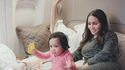 Sering berlibur ke luar negeri, Sheena juga diajak menikmati penerbangan first class. Sumber (liputan6.com/IG/therealmomogeisha)