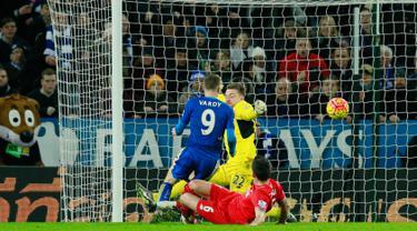 Kiper Liverpool, Simon Mignolet gagal menghalau bola tendangan penyerang Leicester City, Jamie Vardy pada lanjutan liga Inggris di King Power Stadium, Leicester, (3/2/2016). Leicester menang atas Liverpool dengan skor 2-0. (Reuters/Jason Cairnduff)