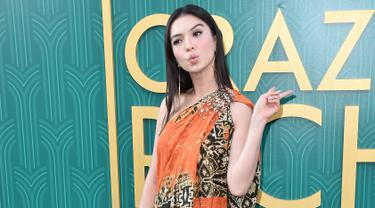 "Aktris Raline Shah berpose saat tiba menghadiri pemutaran perdana film ""Crazy Rich Asiaans"" dari Warner Bros Pictures di TCL Chinese Theatre IMAX di Hollywood, California (7/8). Raline tampil cantik dengan busana batik. (AFP Photo/Alberto E. Rodriguez)"