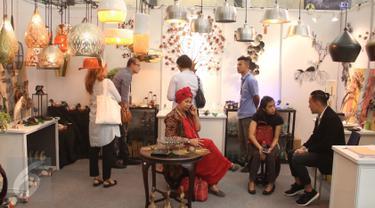 Pengunjung tengah melihat prodak yang di pamerkan di Inacraft 2017 di JCC, Senayan, Jakarta, Rabu (26/4). Pameran yang gelar dari 26-30 april tersebut menapilkan ribuan prodak UMKM dari tanah air. (Liputan6.com/Angga Yuniar)