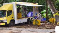 Sempat dihentikan karena hujan deras, hari ini (17/2/2020), proses pengerukan atau clean up tanah yang mengandung radioaktif kembali dilakukan di Perumahan Batan Indah, Setu, Kota Tangerang Selatan. (Liputan6/Pramita)
