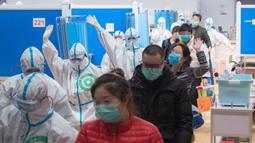 Petugas medis mendampingi para pasien yang telah sembuh saat berjalan keluar dari rumah sakit sementara Wuchang di Wuhan, Provinsi Hubei, 10 Maret 2020. Kelompok terakhir 49 pasien yang telah sembuh dari COVID-19 meninggalkan rumah sakit sementara Wuchang pada Selasa (10/3) sore. (Xinhua/Xiao Yijiu)