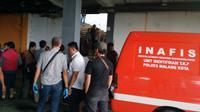 Tim identifikasi Polres Malang Kota bersiaga di lokasi temuan korban mutilasi di Pasar Besar Malang (Liputan6.com/Zainul Arifin)