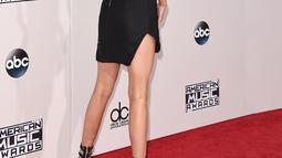 Memamerkan tubuh seksinya Model Kendall Jenner saat menghadiri American Music Awards 2015 di Microsoft Theater, Los Angeles, California, US (22/9/2015). (AFP/Jason Merritt)