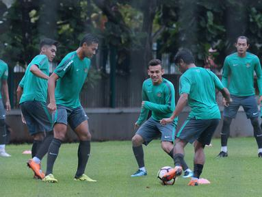 Pemain Timnas Indonesia U-23, Egy Maulana Vikri (tengah) mengikuti pemusatan latihan di Lapangan A Kompleks GBK, Jakarta, Senin (23/4). Latihan ini persiapan laga PSSI Anniversary Cup dan jelang Asian Games 2018. (Liputan6.com/Helmi Fithriansyah)