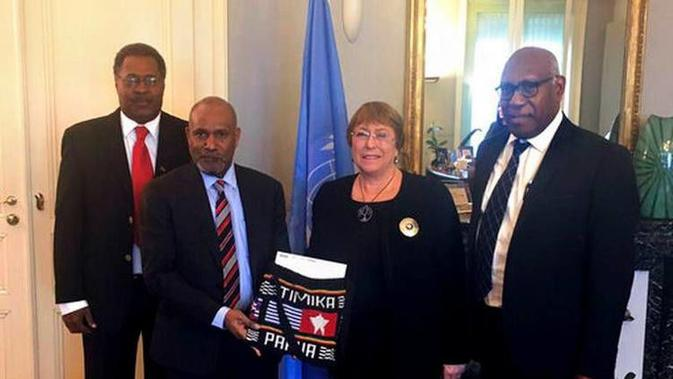 Ketua ULMWP Benny Wenda (kedua dari kiri) dan Komisioner Tinggi HAM PBB Michelle Bachelet (ketiga dari kiri) di kantor badan HAM PBB di Jenewa pada 25 Januari 2019 (kredit: ULMWP)