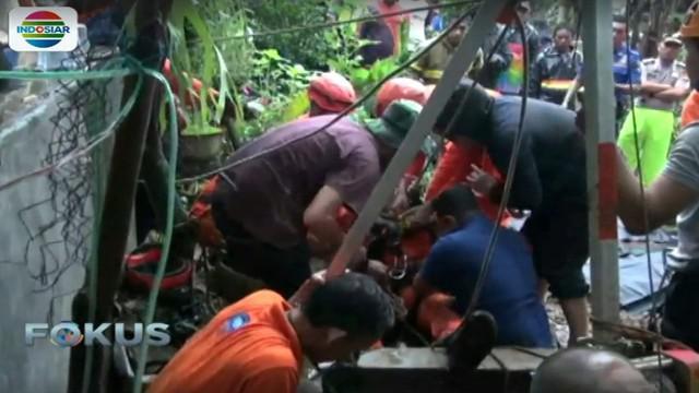 Evakuasi kedua korban baru berhasil setelah lima jam, karena diameter sumur sempit dan korban tersangkut pompa air.