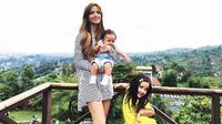Penampilan Nia Ramadhani sebagai 'hot mom' (Instagram/@ramadhaniabakrie)