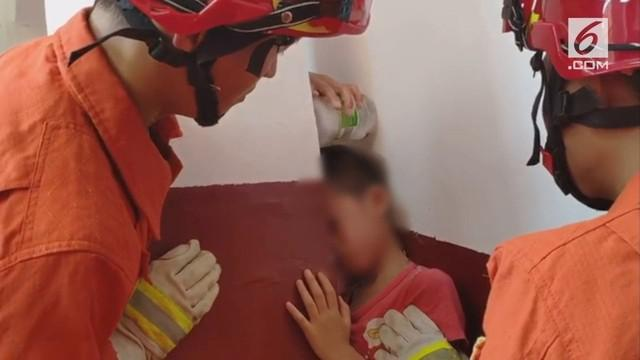 Penyelamatan kepala murid SD yang terjabak antara dinding dan tiang di China. Proses penyelamatan berlangsung setengah jam.