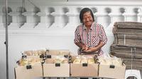 Seorang perempuan tunanetra berumur 71 tahun berjualan roti untuk menyambung hidup (Dok.Facebook/I AM EAT)